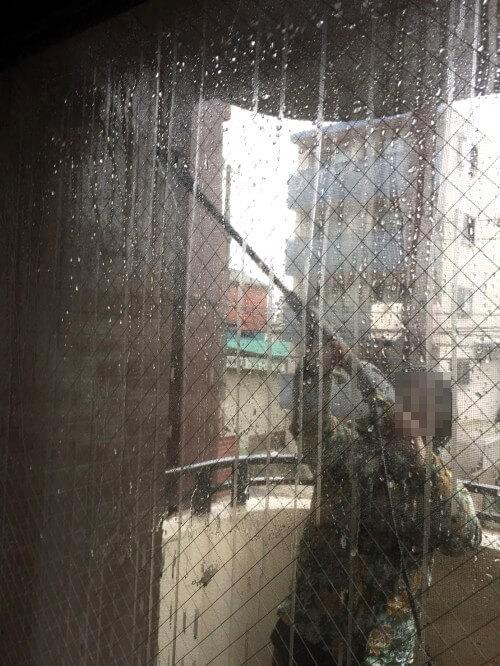 ケルヒャー高圧洗浄機でベランダ掃除しているところ1