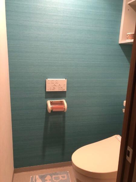 トイレのアクセントクロス/1面だけターコイズブルー青に2